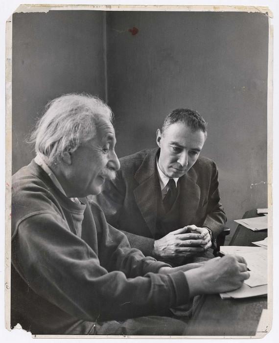 Роберт Оппенгеймер, директор Института перспективных исследований, обсуждает теорию материи с точки зрения пространства с Альбертом Эйнштейном в Принстоне. Нью-Джерси, 1947 год.