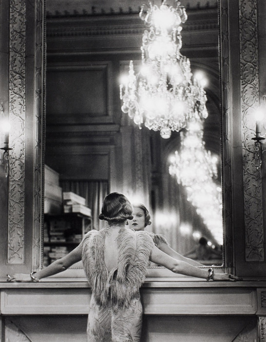Модель, смотрящаяся в большое зеркало. Париж, Франция, 1932 год.