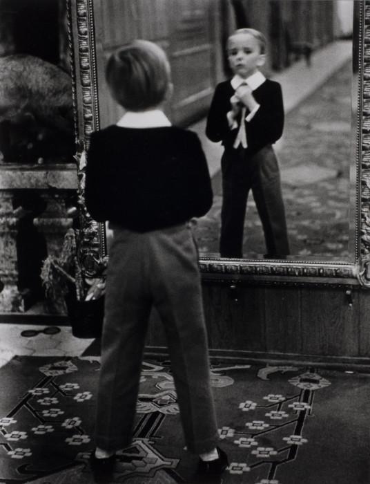 Юный англичанин смотрит на себя в зеркало Гранд отеля в коммуне Санкт-Мориц. Швейцария, 1932 год.
