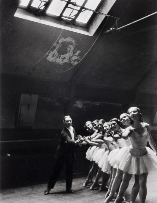 Балерины с балетмейстером на репетиции в Парижской опере. Париж, Франция, 1932 год.