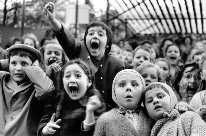Выражение детей в кукольном театре в момент, когда убивают плохого дракона. Сад Тюильри, Париж, 1963 год.