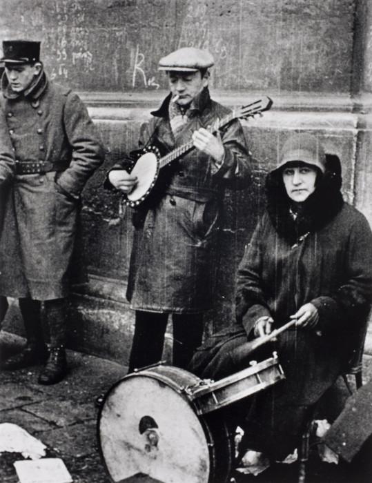 Уличные музыканты недалеко от улицы Сен-Дени в Париже, 1932 год.
