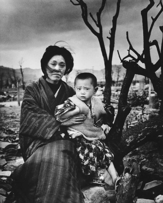 Мама с ребёнком в Хиросиме. Япония, декабрь 1945 года.