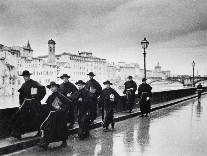 Молодые монахи идут по мосту Понте-Веккьо во Флоренции. Италия, 1935 год.