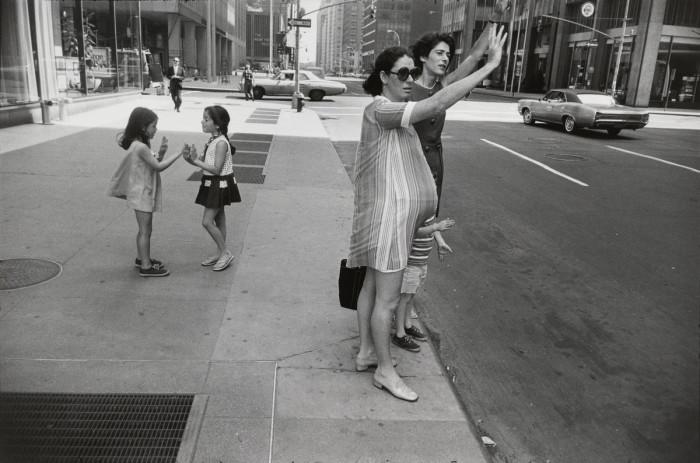 Девушки ловят такси в центре Нью-Йорка, 1968 год.