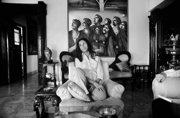 Портретный снимок известной индийской писательницы.