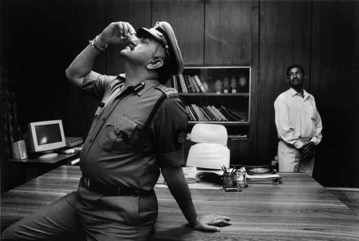 Офицер полиции закапывает глаза перед началом рабочего дня.