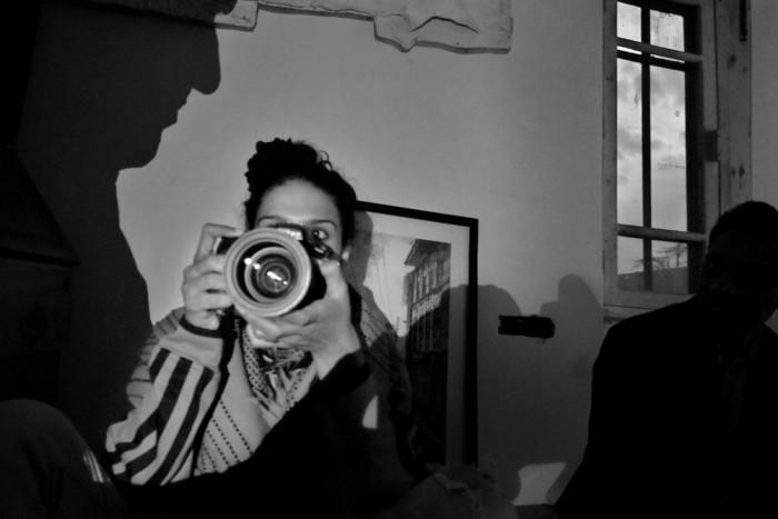 Знаменитый индийский фотограф во время работы.