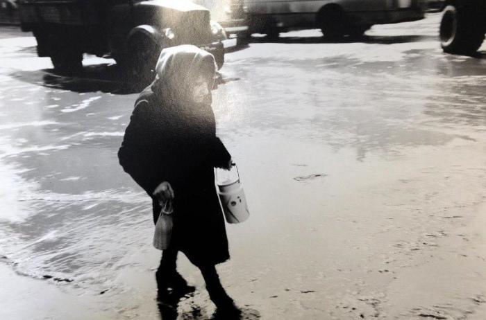 Женщина с бидоном. СССР, Москва, 1970 год.