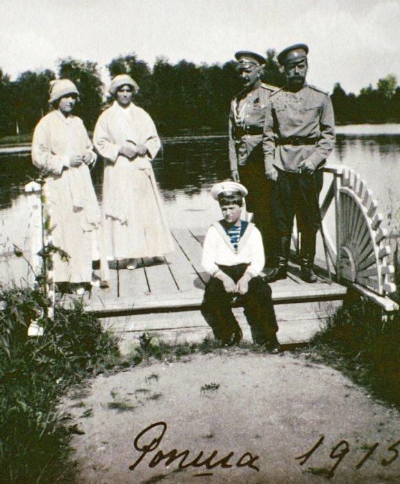 Ольга, Татьяна, Алексей и император Николай II в Ропше.