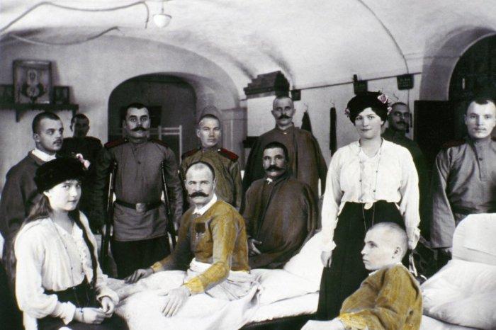 Анастасия и Мария в госпитале среди раненых солдат во времена Первой мировой войны.