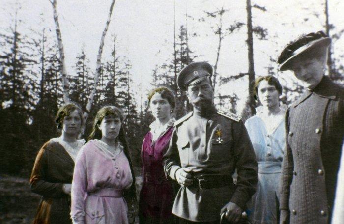Мария, Анастасия, Ольга и Татьяна Романовы с Николаем II Александровичем.