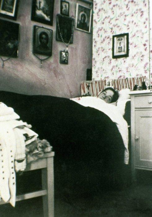 Ольга Андреевна Романова отдыхает в своей спальне.