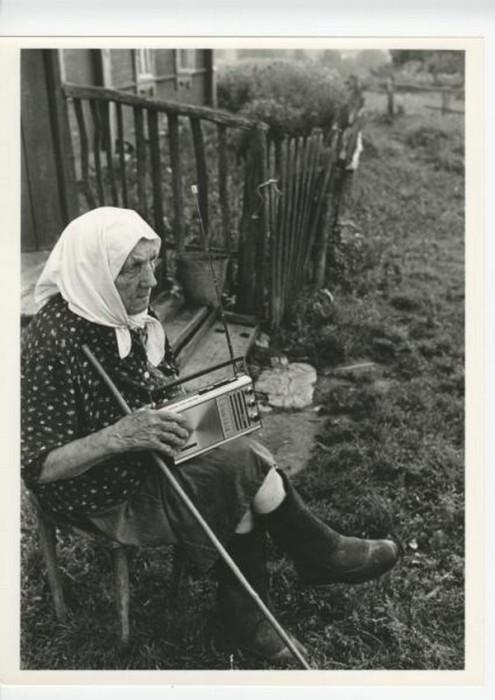 Бабушка слушает радио. СССР, деревня Станы, 1981 год.