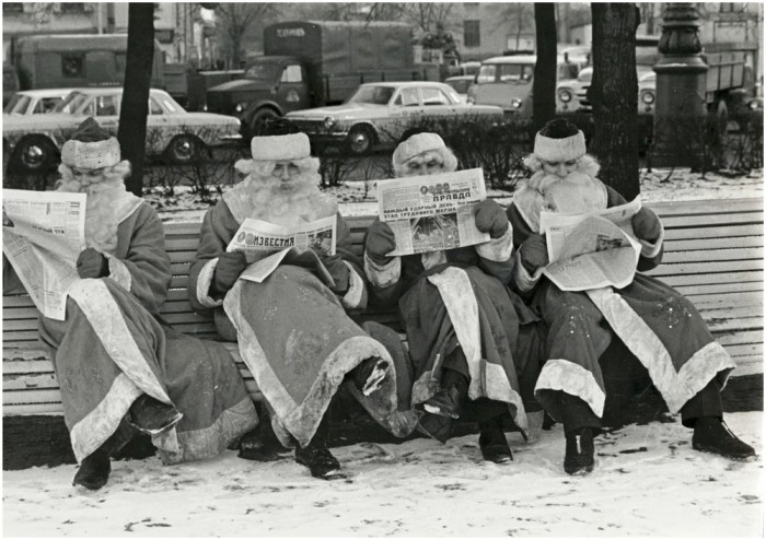 Деды Морозы читают газеты на лавке. СССР, 27 декабря 1972 года.