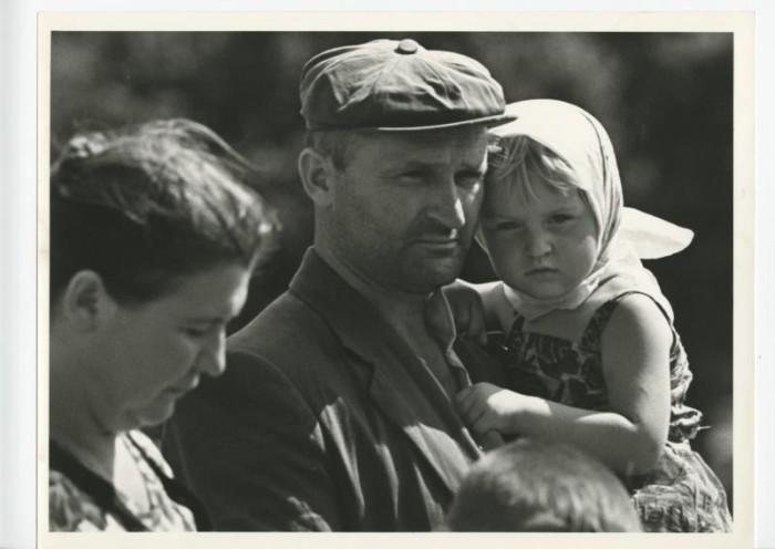 Мужчина с девочкой на руках. СССР, Москва, 1960-е годы.