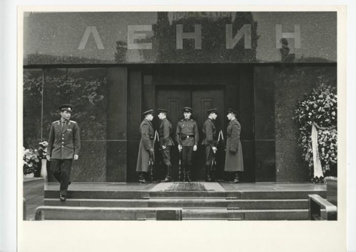 Cмена часовых Почетного караула у Мавзолея Ленина.
