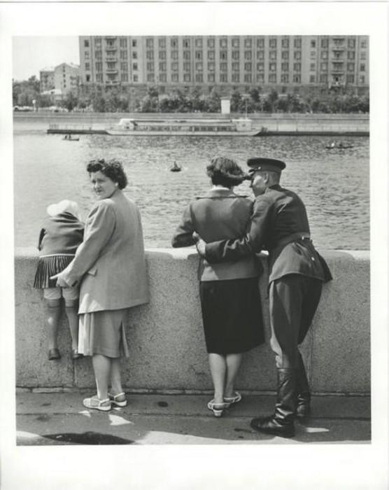 Влюблённые на Пушкинской набережной. СССР, Москва, 1957 год.