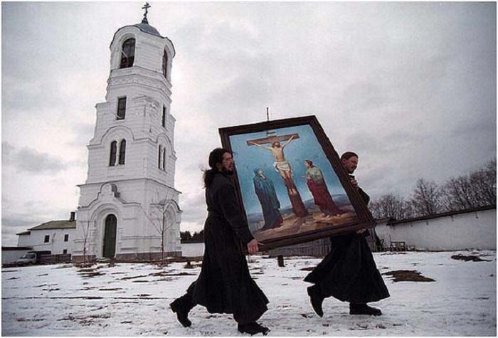 Два монаха несут икону. Россия, Александро-Свирский монастырь, 2001 год.