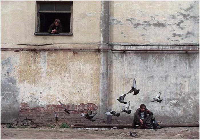 Кормление голубей. Россия, Санкт-Петербург, 2001.