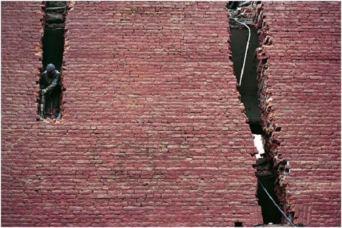 Разрушение стены. Россия, Санкт-Петербург, 2003 год.