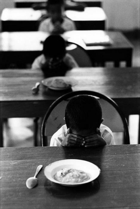 Полуденная молитва в детском доме. Индонезия, 1971 год.