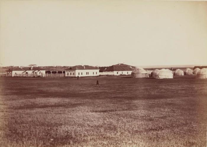 Здание крестьянской больницы и временные переселенческие бараки. Россия, Курган, 1895 год.