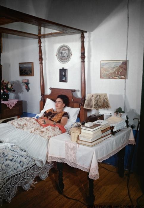 Фрида в своей спальне.