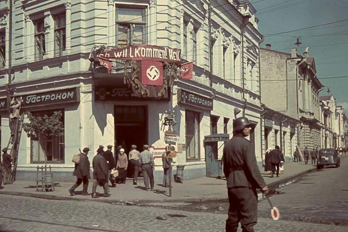 Немецкий регулировщик около гастронома в оккупированном Харькове.
