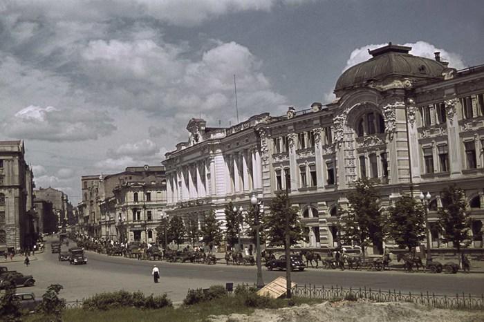 Площадь Тевелева и вид на начало улицы Сумская.