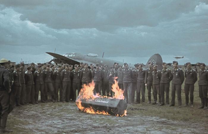 На похоронах немецкого летчика.