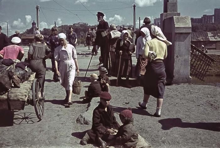 У моста через Лопань в оккупированном Харькове 1942 года.