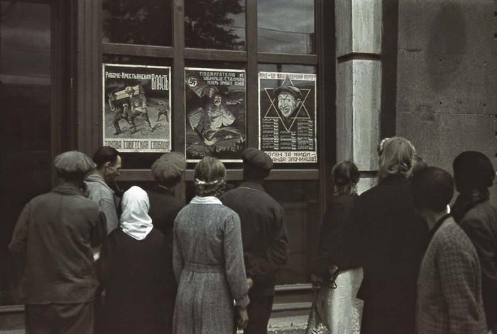Харьковчане рассматривают анисоветские плакаты.