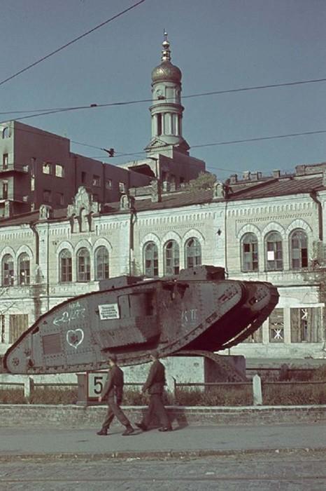 Немецкий патруль на фоне танка Mark V возле Исторического музея в Харькове.