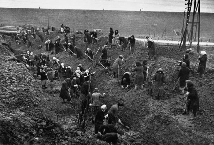 Строительство рубежей производилось силами саперных армий и строительными организациями ГУОС НКО.