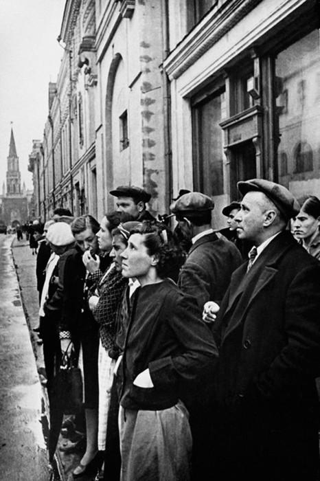 Горожане слушают выступление Молотова по радио 22 июня 1941 года.