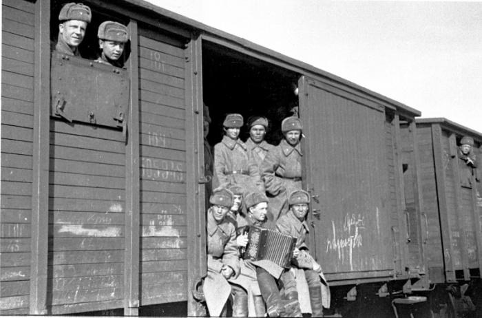 Солдаты из сибирских регионов СССР в товарном вагоне. Автор фотографии: Марк Марков-Гринберг.