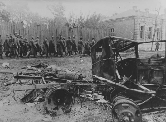 Колонна советских военнопленных.