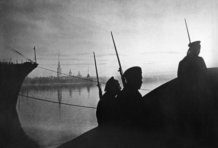 Трое матросов на Эрмитажном мосту в Ленинграде. СССР, 1941 год