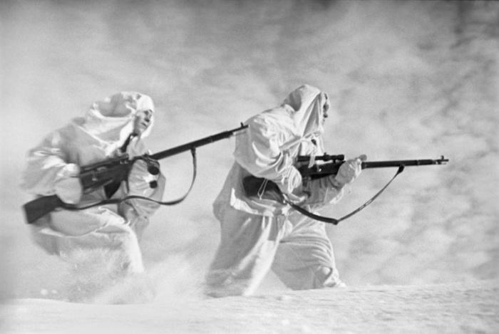 Советские снайперы в маскировочных костюмах.