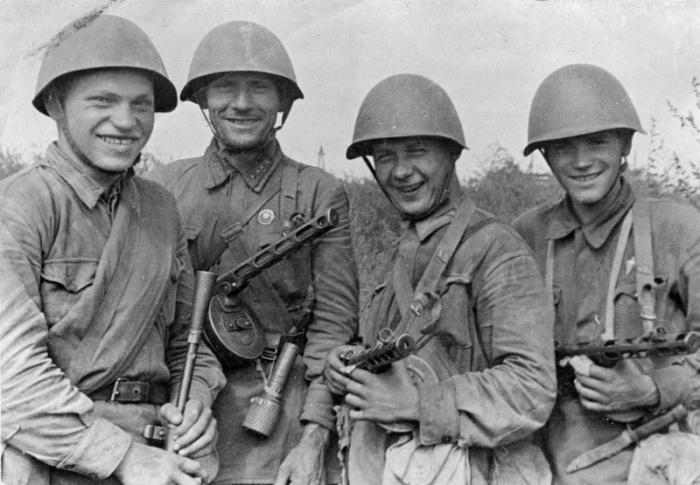 Красноармейцы, захватившие штабную машину противника с ценными документами.