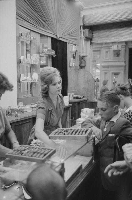 Продажа дорогой парфюмерии в Государственном универсальном магазине. СССР, Москва, 1961 год.