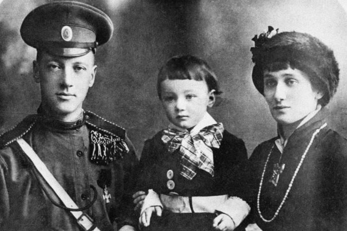Портретная фотография Анны Ахматовой, Николая и Льва Гумилёва.