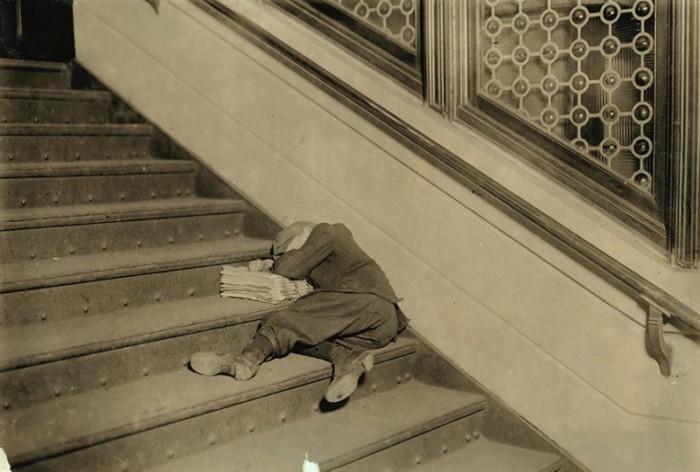 Маленький газетчик спит на ступеньках. США, Нью-Джерси.