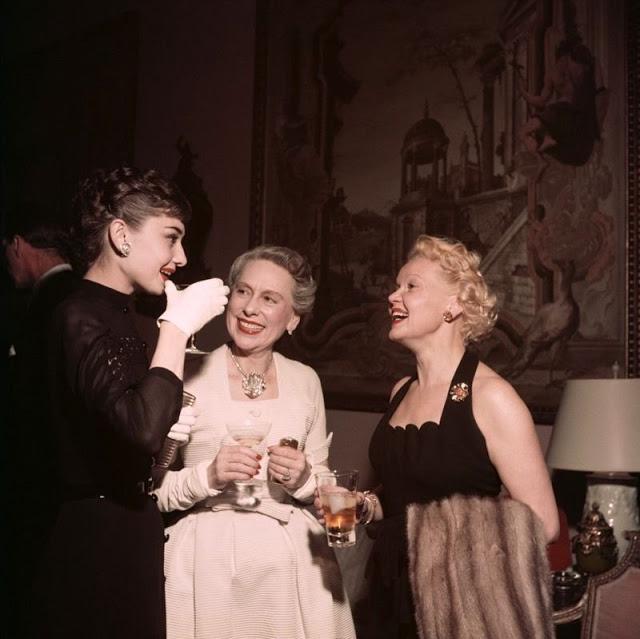 Одри Хепберн беседует с миссис Гровер Майн.