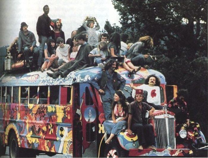 Одним из символов движения хиппи считается старый микроавтобус, который хиппи традиционно раскрашивали в стиле «Flower Power».