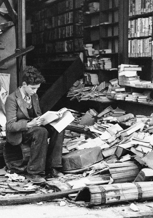 Книжный магазин в Лондоне, который был разрушен во время авиаудара, 1940 год.