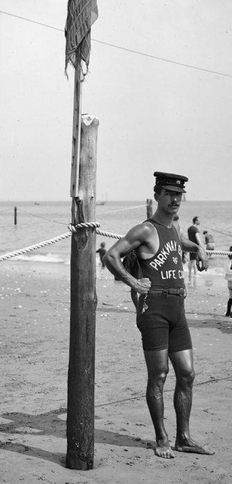 Спасатель на побережье, 1920-е годы.
