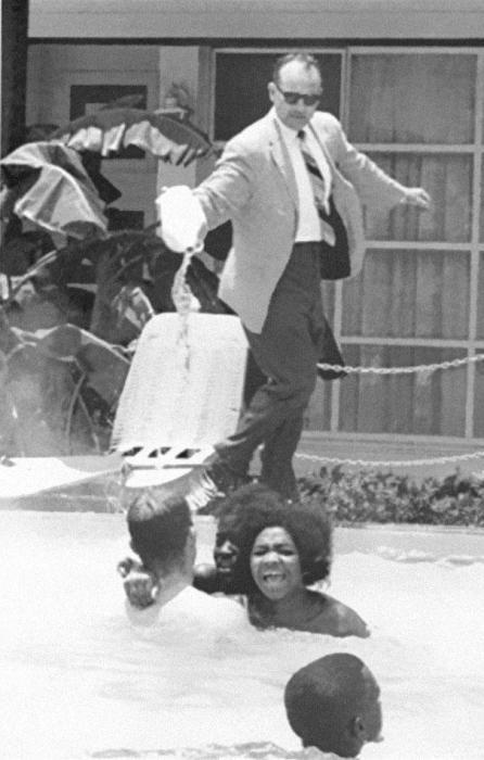 Владелец гостиницы выливает кислоту в бассейн, в котором купаются афроамериканцы, 1964 год.