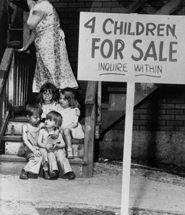 Люсиль Чалифукс, выставившая на продажу четверых своих детей, прячет лицо от стыда.